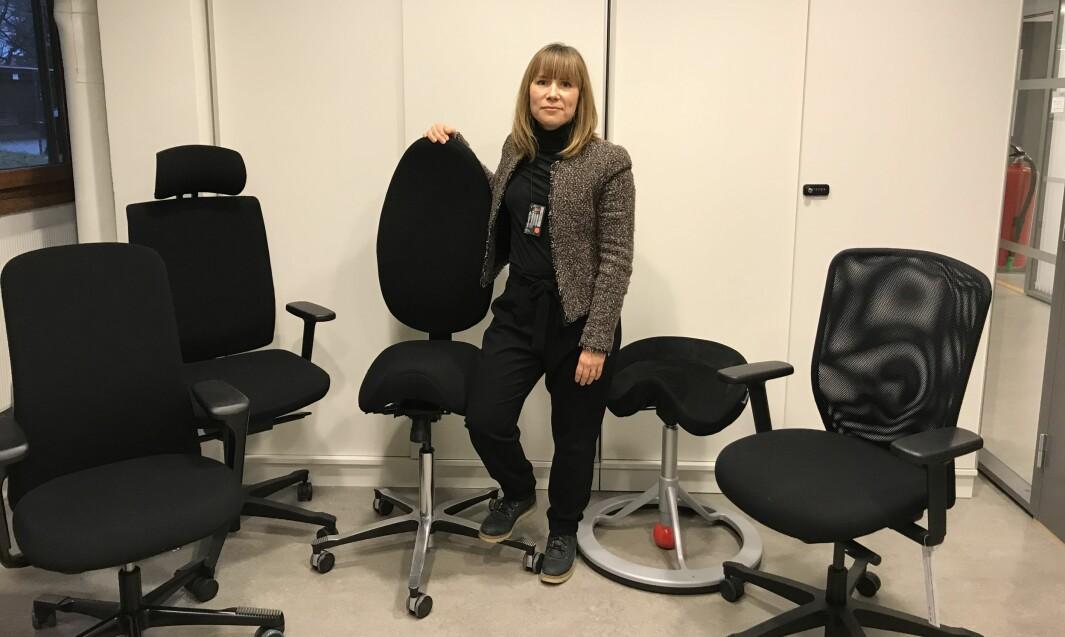 Leder Carolina Lybäck-Forsbacka i NFFs faggruppe for ergonomi med noen av de ulike kontorstolene bedriftshelsetjenesten på Universitetet i Oslo bruker i arbeidet sitt.