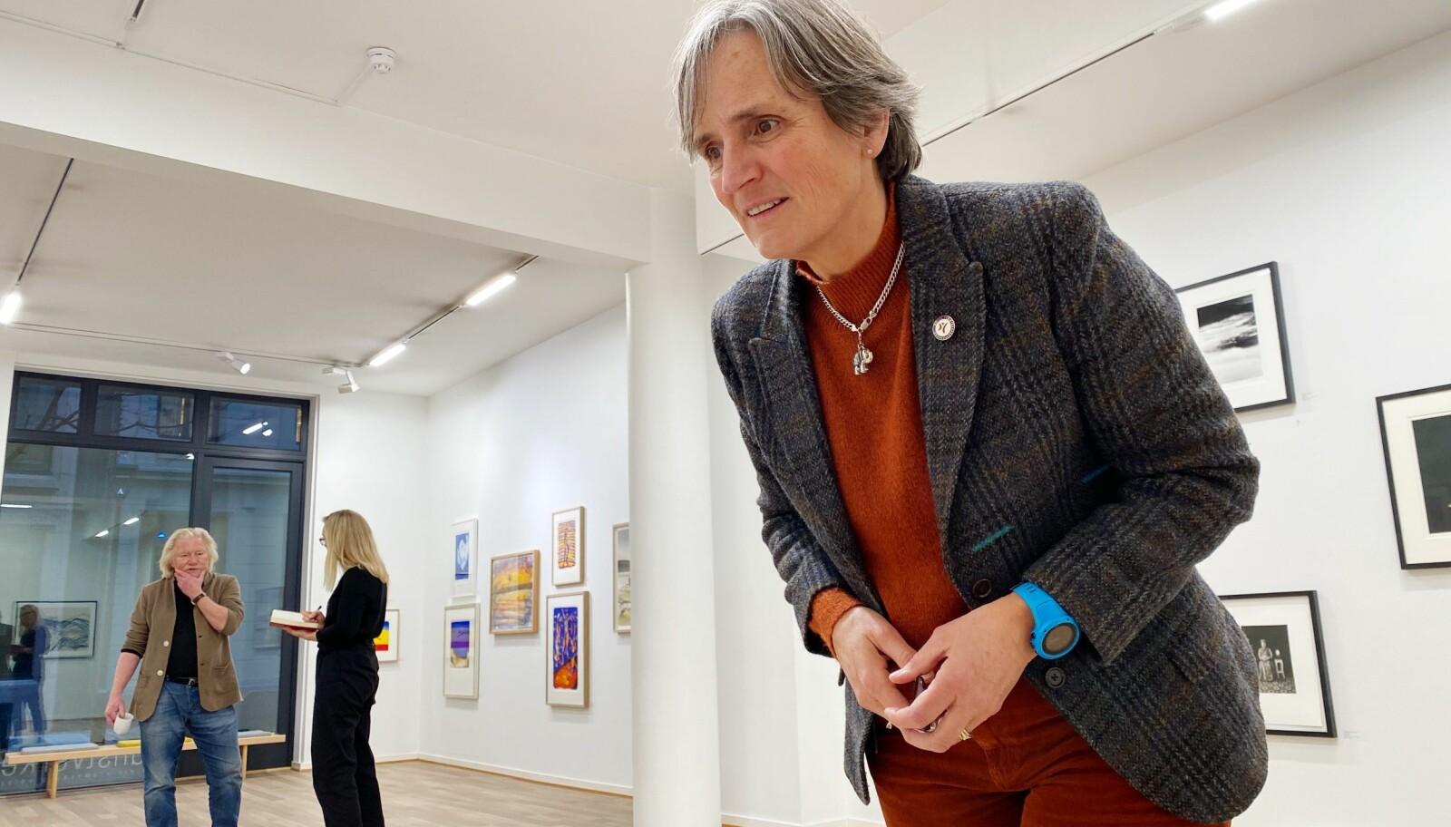 Gerty Lund og NFF har blitt mer synlige i 2020. Og da vi gjestet galleriet nesten vegg i vegg med NFFs kontorer, traff Gerty selveste Morten Krogvold (fotograf i bakgrunn).