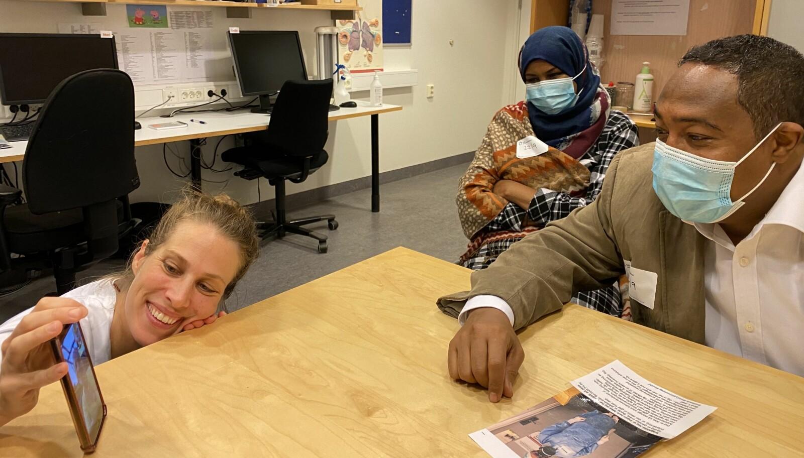 Her har Åse Kristin Waglen andre fysioterapeuter på telefonen for å snakke med Sadiq Aded da han og kona var tilbake på Rikshospitalet.