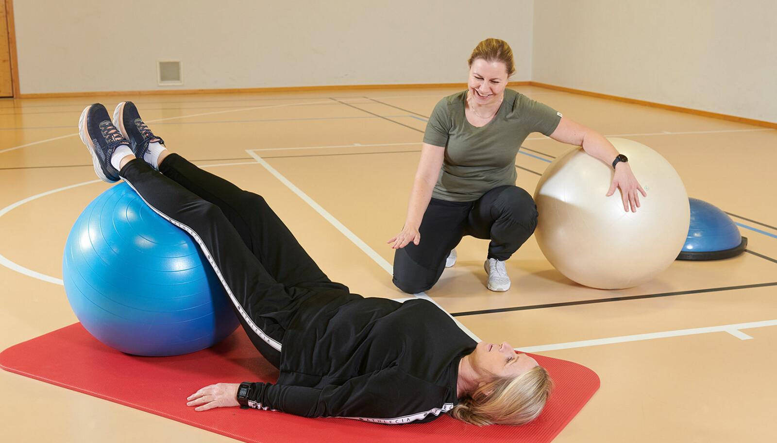 Fysioterapeut Torunn Berggård (bak) observerer Mette Høisveen i aktivitet.