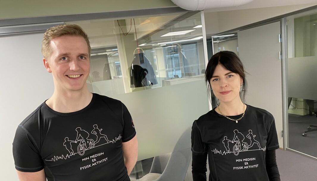 Mai-Brit Olsen Vikeby og Steinar Gløer Aarum viser frem t-skjortene som gis bort.