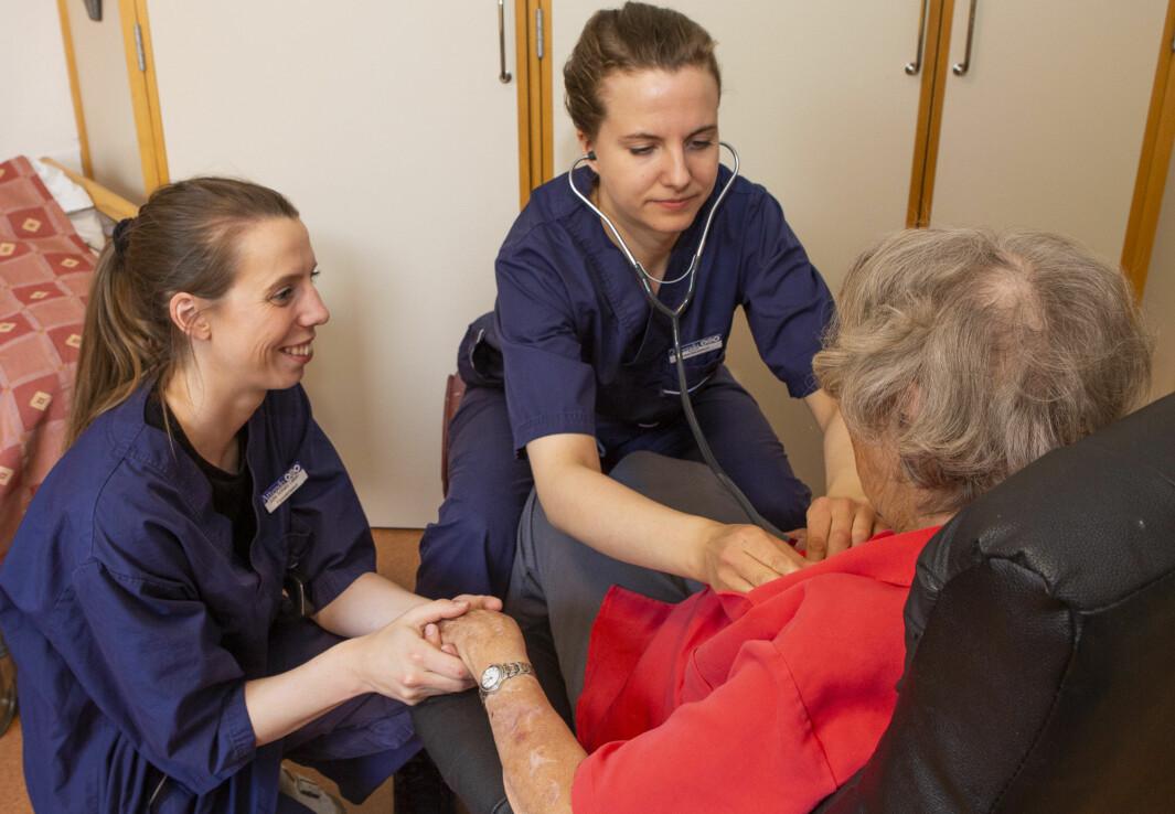 Julie Schiøtz-Løken (til venstre) og Tuva Fossen Stensrud jobber som fysioterapeuter ved Paulus sykehjem i Oslo.