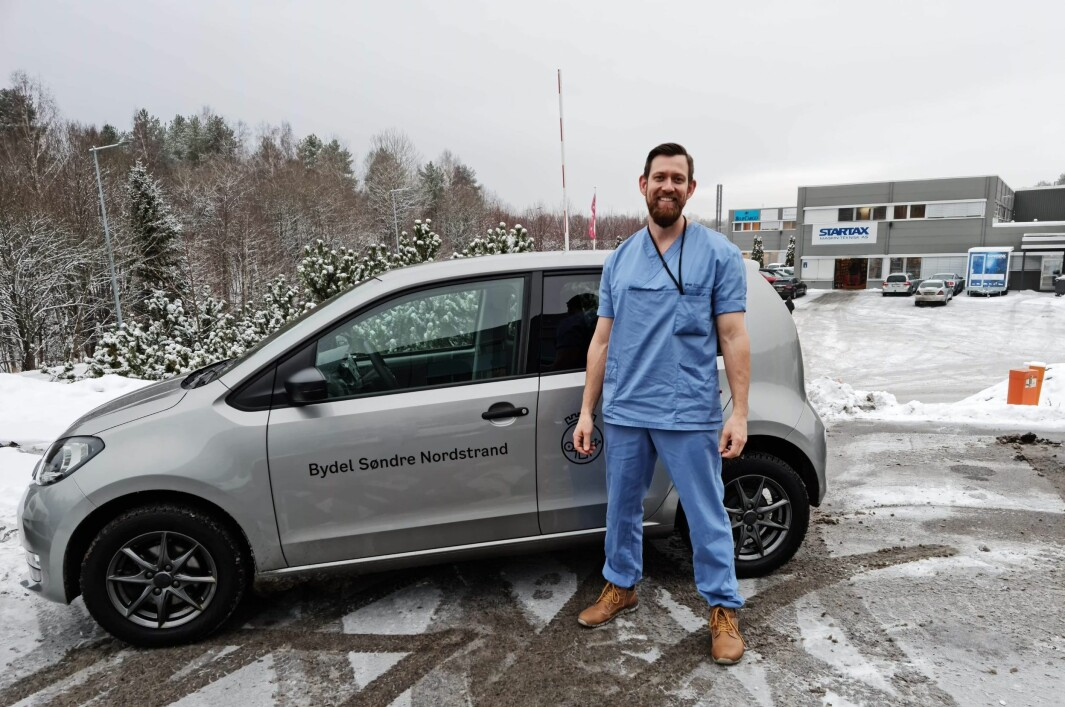 Fysioterapeut Thomas Nordli på vei til nok en pasient. Nå er han fullvaksinert.
