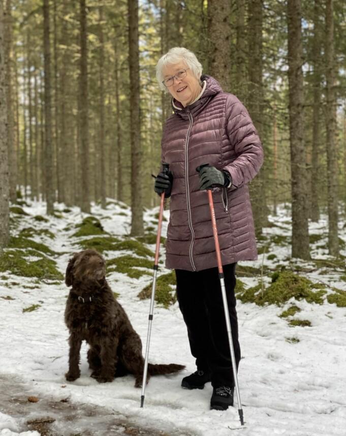 Rigmor Noer og hunden Eira går jevnlig turer med personer med demens.