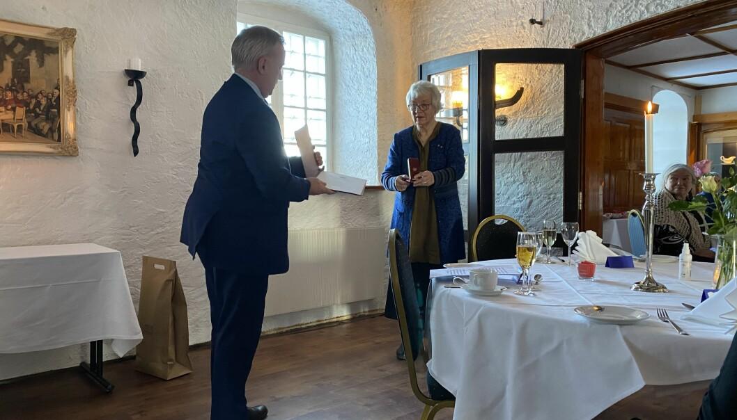 Statsforvalter Knut Storberget overrakte Kongens fortjensmedalje til Rigmor Noer.