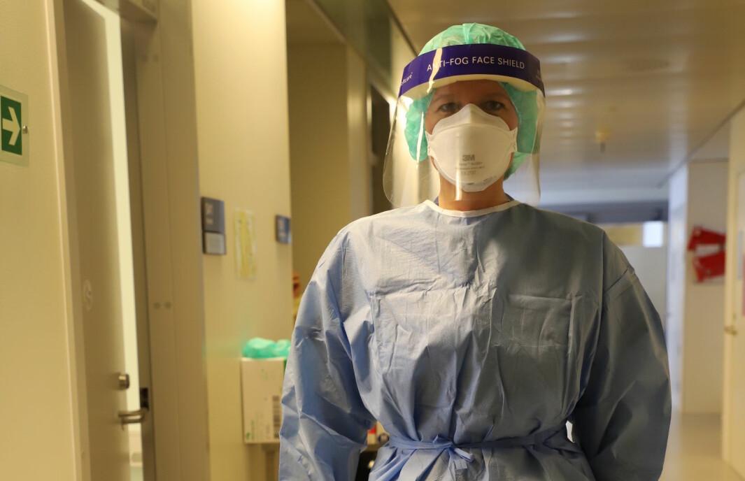 I starten av pandemien opplevde mange fysioterapeuter og annet helsepersonell at maskene satt dårlig og at det var mangel på utstyr. Nå er smittevernutstyret bra og det er nok. Dette bildet er tatt på Ahus og viser hjerte- og lungefysioterapeut Tina Marie Hethey.