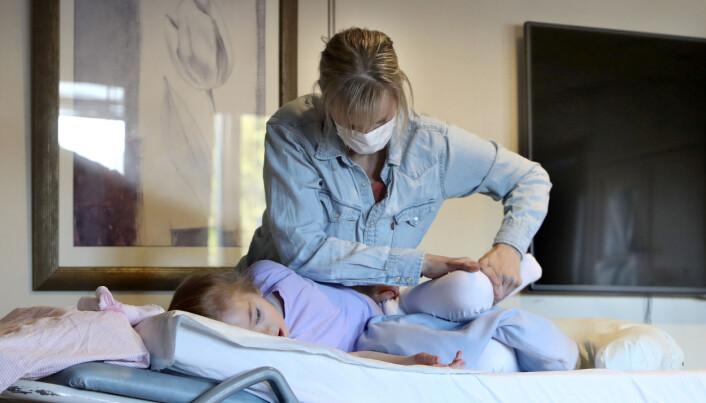 Fysioterapeut Lene Ziener behandler en seks år gammel pasient.