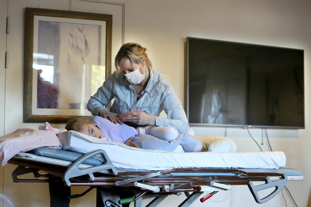Charlotte Gjersvik-Sætre (6 år) er multihandikappet og trenger hjelp flere ganger i uken fra fysioterapeut. Nå blir avtalefysioterapeutene og de kommunalt ansatte fysioterapeutene i Bærum vaksinert.