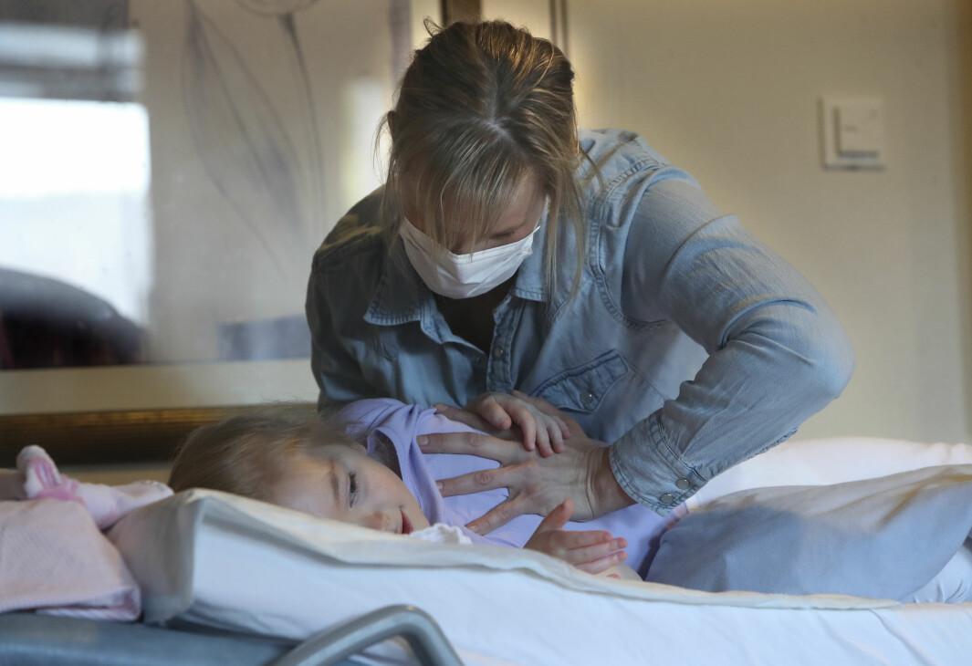 Barnefysioterapeut Lene Ziener er ikke vaksinert. Hun og foreldrene er de eneste som får være hos Charlotte (6).
