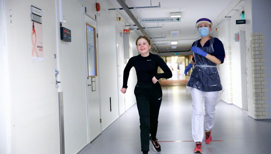 FULL FART. Gabrielle Michaelsen og Kristine Bergseth avslutter treningen med løping i gangene på Aker.