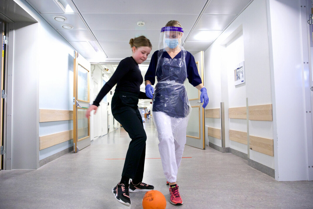 LEKENT: Gabrielle Michaelsen og Kristine Bergseth har det gøy i gangene på Aker.