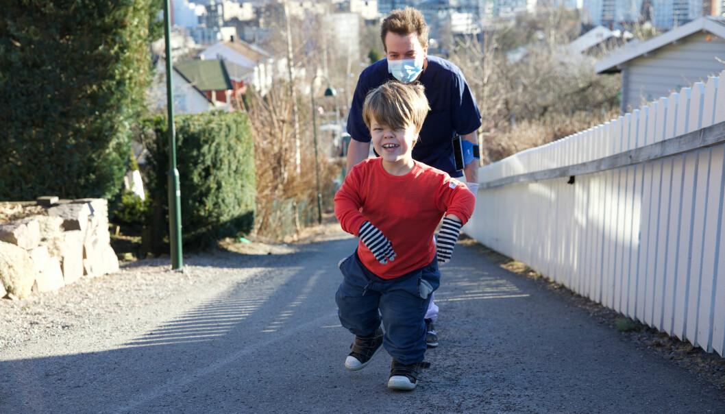 Jonatan Rimehaug Godøy (10) med fysioterapeut Joakim Halvorsen hakk i hæl. Tiåringen skal ligge på 70-85 av makspuls så mye som mulig av treningen. Fysioterapeuten følger med via app.