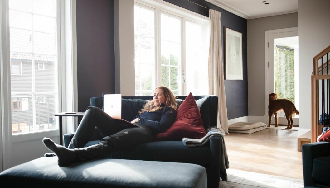 TAR DET ROLIG: -Jeg er flink til å ligge på sofaen også, sier Heidi E. Kristiansen.