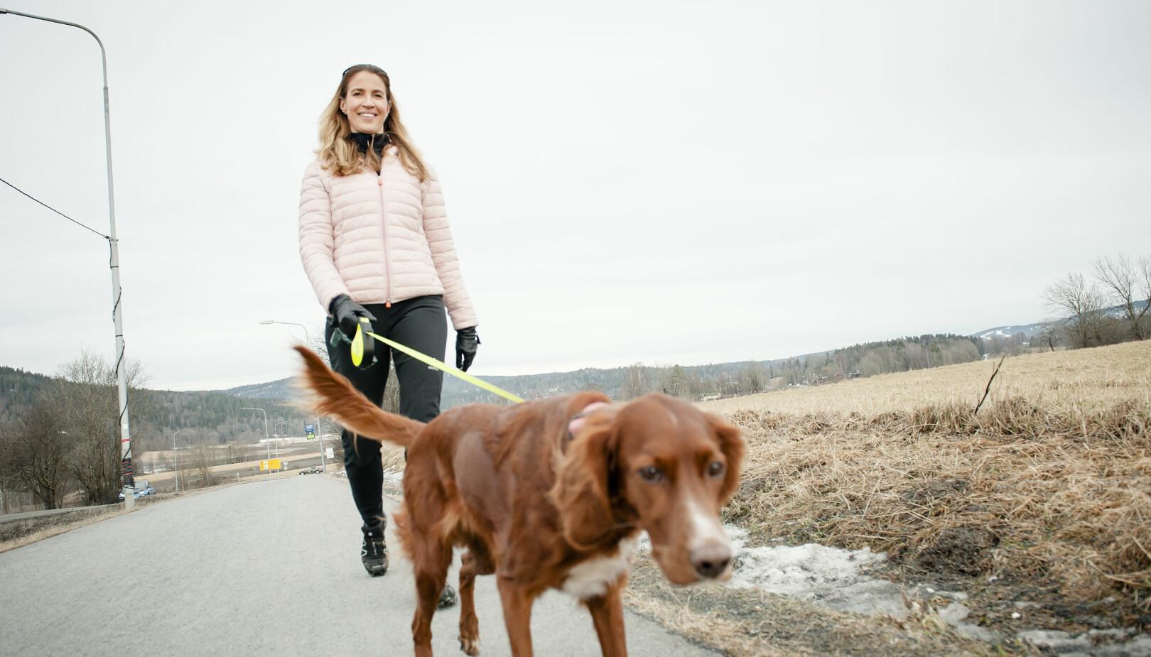 TURVENN: Heidi E. Kristiansen har hatt stor glede av hunden Fia, spesielt etter kreftdiagnosen.
