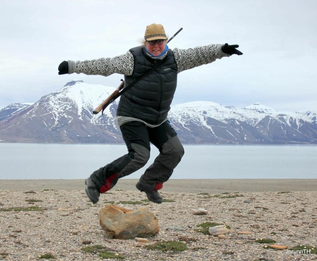 Hoppende glad for å ha drømmejobb i Longyearbyen.