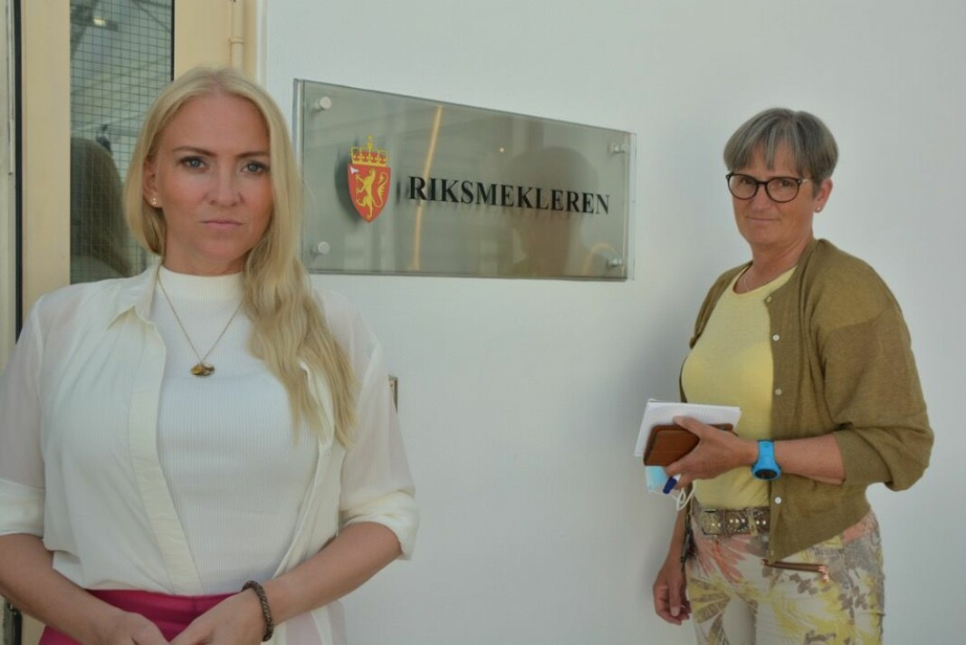 På vei til Riksmekleren. Lill Sverresdatter Larsen og Gerty Lund.