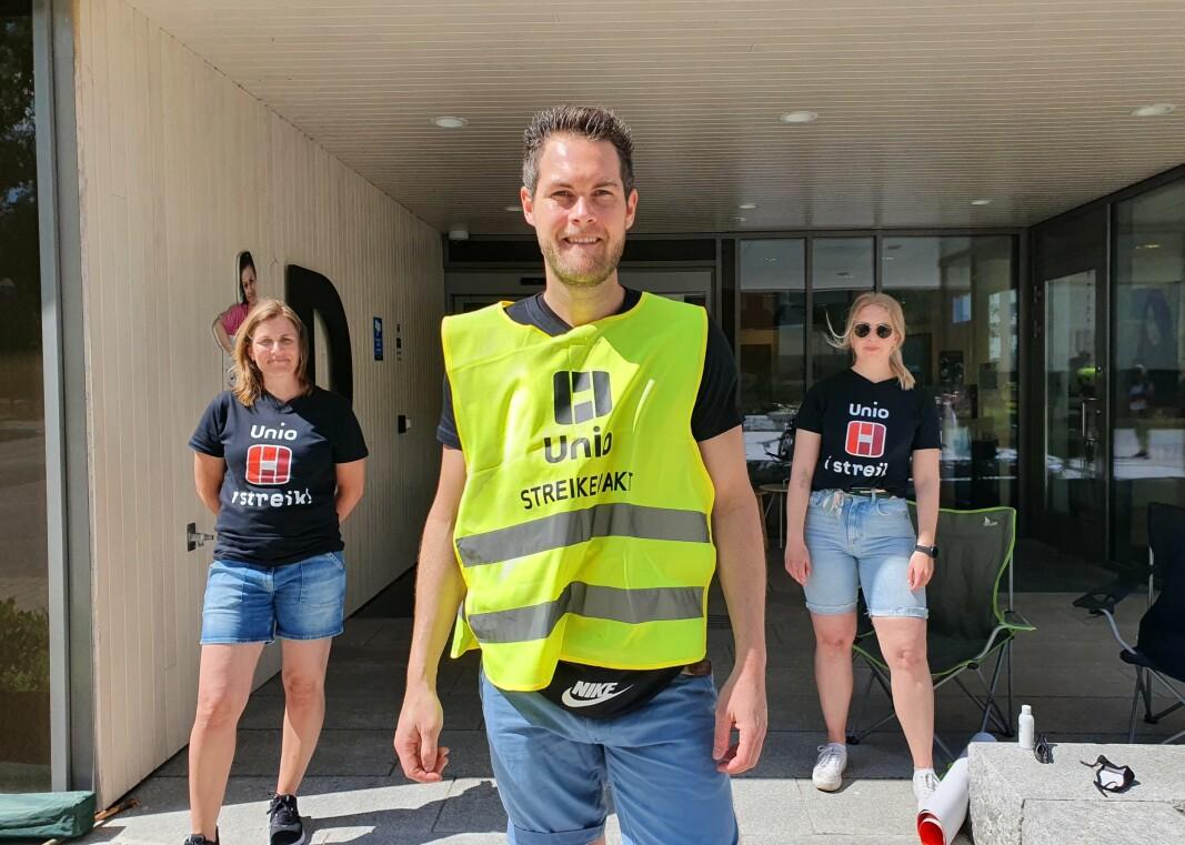 - Det er på tide vi får økt lønn, sier fysioterapeut Halgeir Tjøstolvsen i Fredrikstad kommune. Her sammen med streikekolleger.