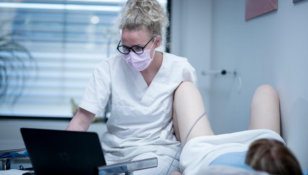 Tove Villumstad sjekker muskulaturen vaginalt og leser av på en datamaskin.