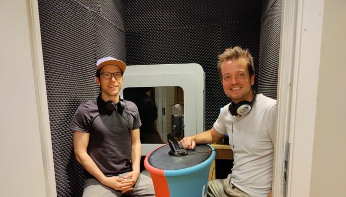 Martin Moum Hellevik og Joakim Moestue Halvorsen i studio.