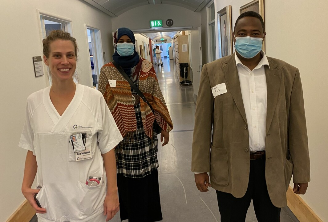 Folkehelseinstituttet vil kartlegge tilbud og bruk av rehabiliteringstjenester for covid-19-pasienter. Sadiq Aded, til høyre, fikk fysioterapi både mens han var innlagt på Rikshospitalet og etter at han kom ut. Her sammen med sin kone Ayan Aded og fysioterapeut Åse Kristine Waglen