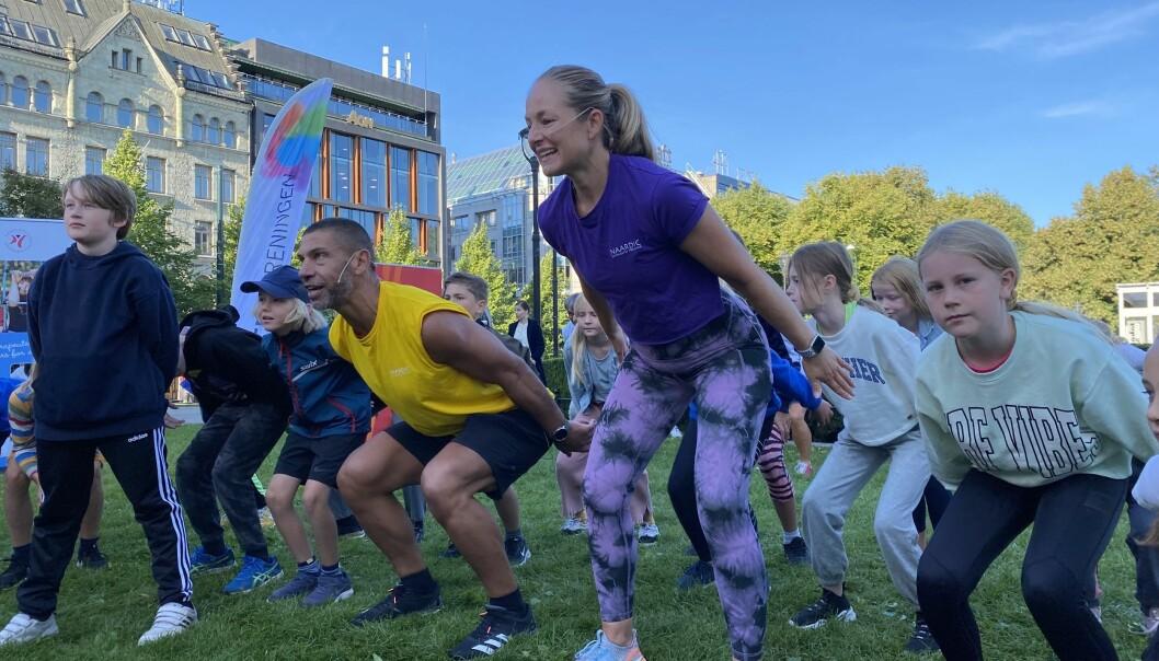 Digital og fysisk gymtime foran Stortinget, ledet av Yngve Andersen i Naardic.