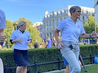Gerty Lund tok høye kneløft foran Stortinget for å markere viktigheten av fysisk aktivitet i skolene.