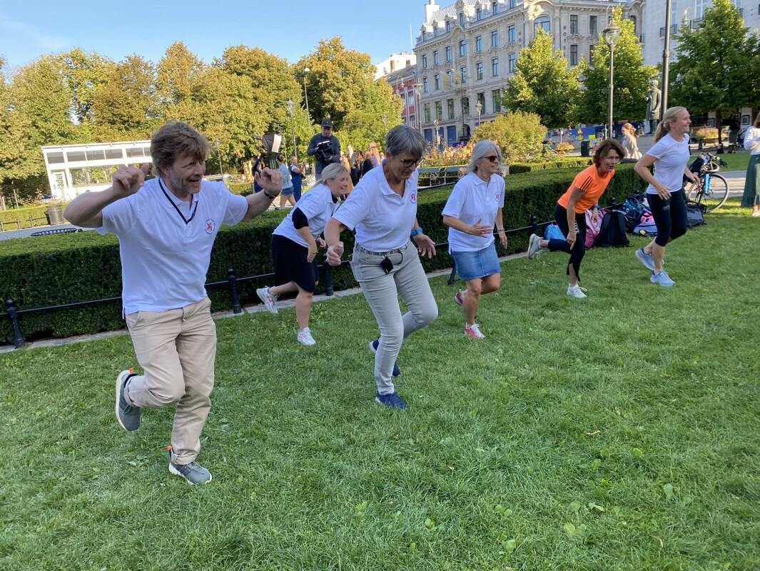 Forbundsleder Gerty Lund og flere fra administrasjonen i Norsk Fysioterapeutforbund deltok på gymtimen foran Stortinget.